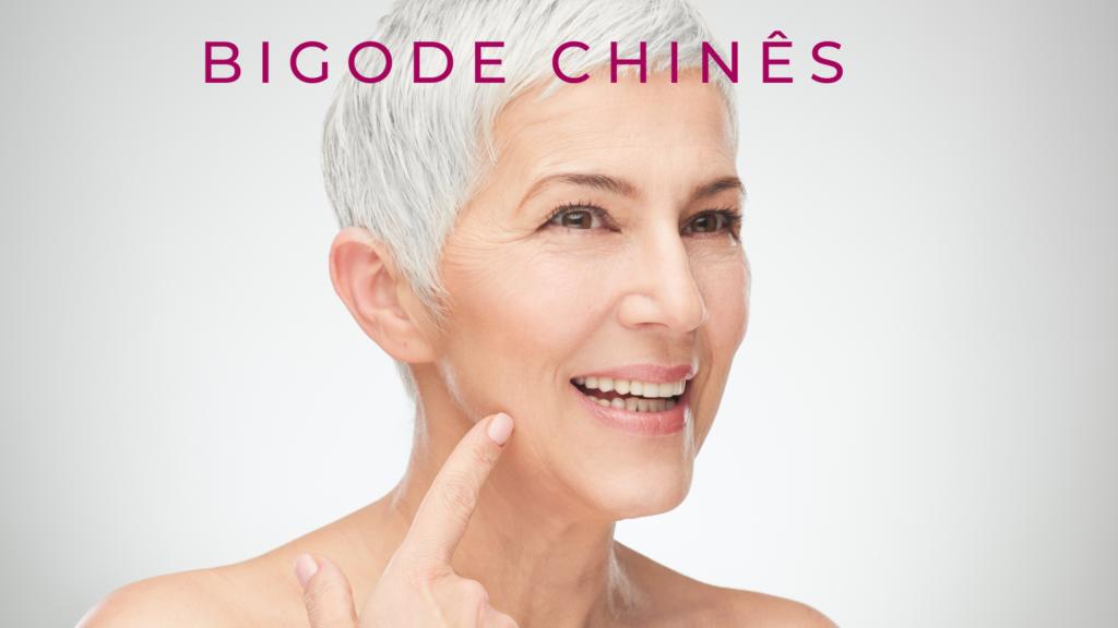 Mulher idosa mostrando as rugas ao redor da boca, com o texto escrito: Bigode Chinês