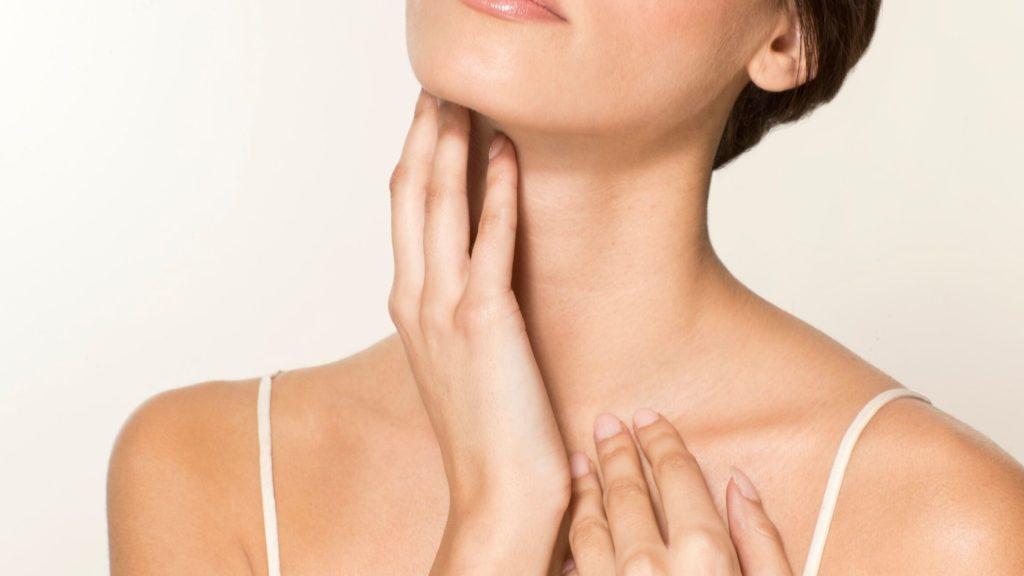 Mulher acariciando o pescoço